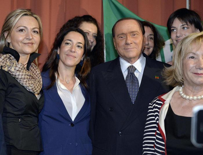 Silvio Berluscon con alcuni candidati durante la presentazione della lista di Forza Italia nel nord-ovest in un grande albergo di Milan, 26 aprile 2014. ANSA/DANIEL DAL ZENNARO