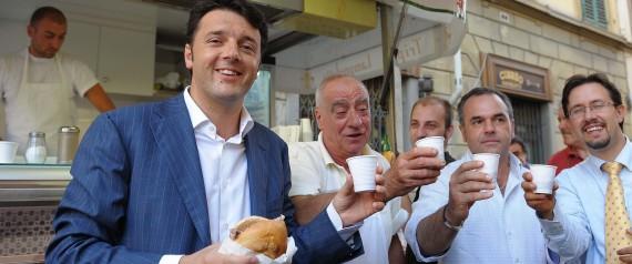 20090729 FIRENZE CRO:ALCOL:Delibera Firenze salva gottino dal trippaio Il sindaco di Firenze Matteio Renzi  mangia un panino con la trippa accopagnato da un bicchiere di vino oggi 29 luglio 2009 ANSA CARLO FERRARO